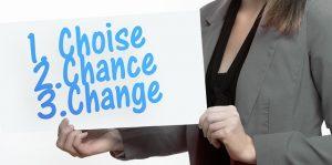 une femme qui porte une pancarte avec écrit choisir changer et changer