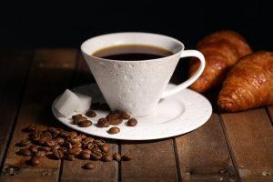 un café et des croissants
