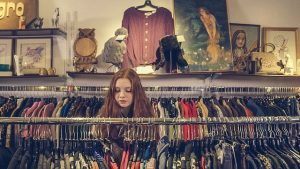 une personne qui regarde des vêtements
