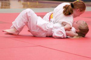 deux jeune fille qui font du judo