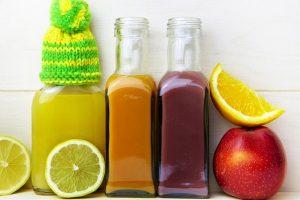 trois bouteille de jus de fruit
