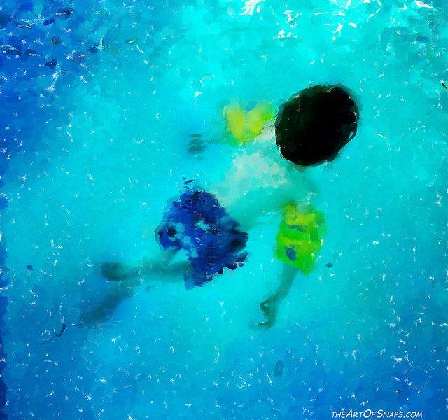 un enfant qui est dans la piscine