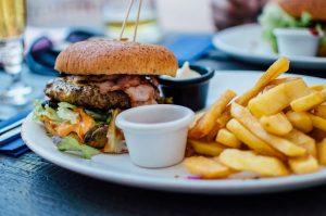 une assiette avec des frites et hamburgers