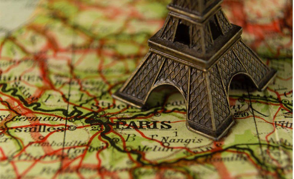 Carte avec une petite Tour Eiffel