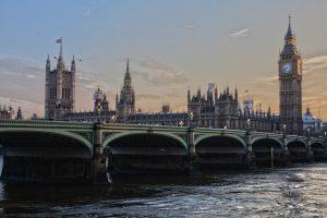 une photo d'un pont et le big ben de Londres